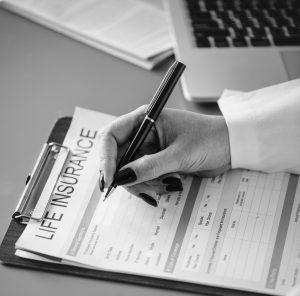 Kvinde skriver under på rejseforsikring