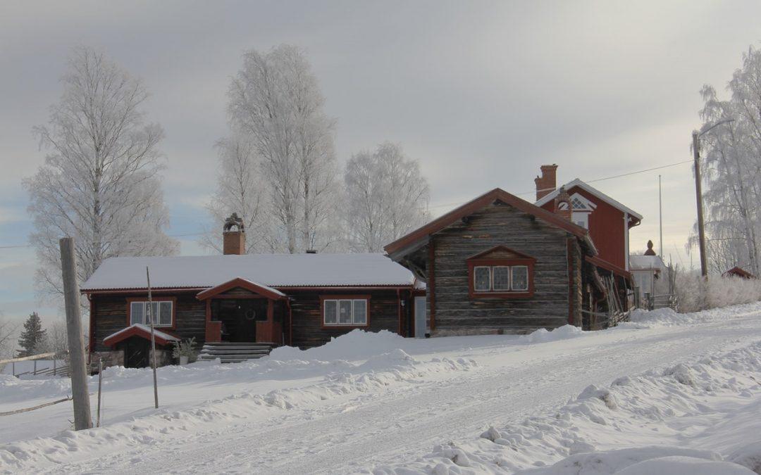 Hytter i Sverige omringet af sne