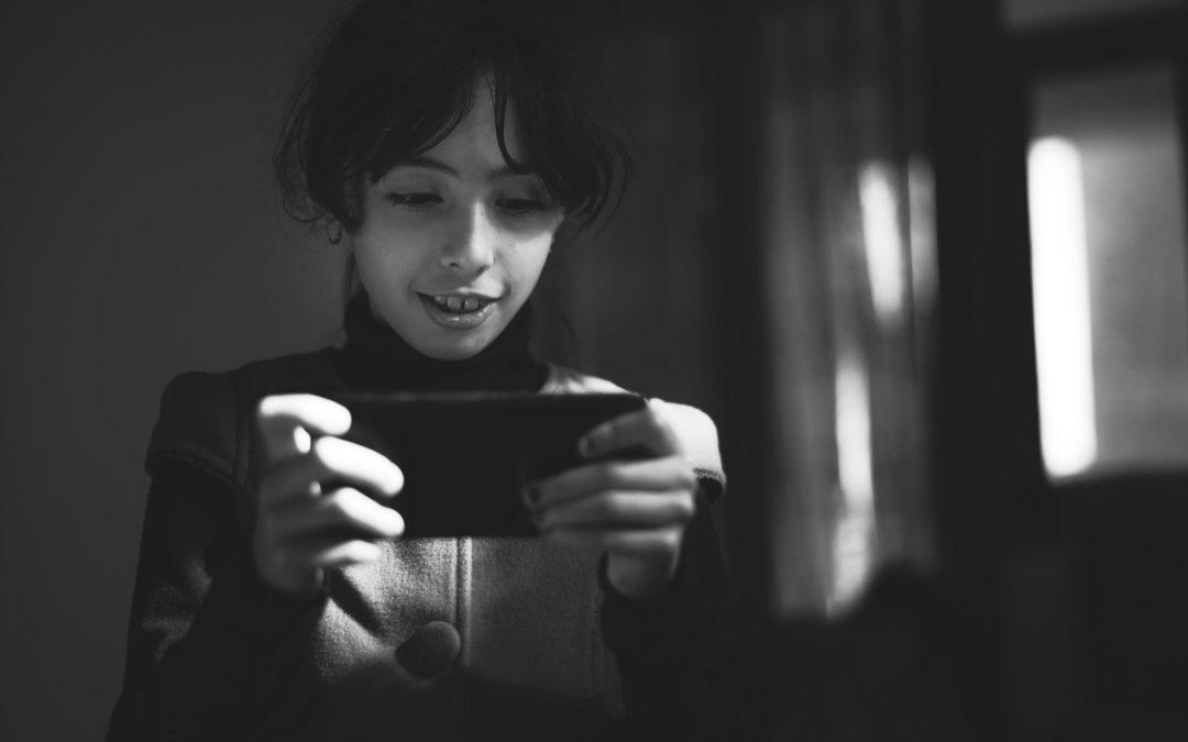 Barn spiller på mobiltelefon