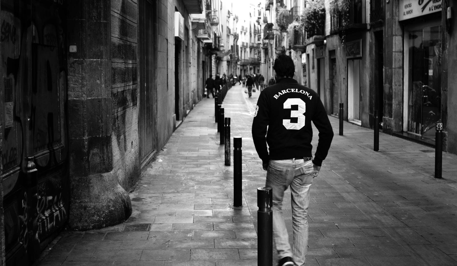 mand udforsker smalle gader