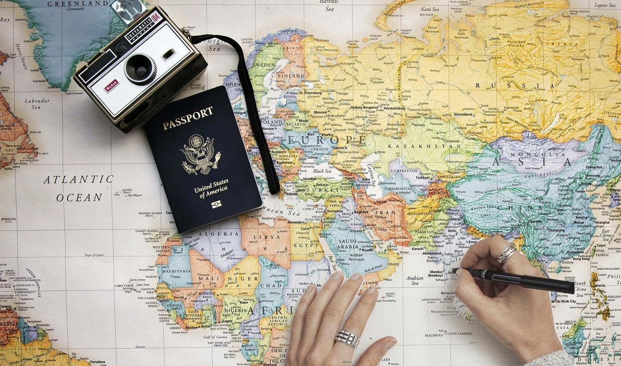 Pas og kamera ved verdenskort