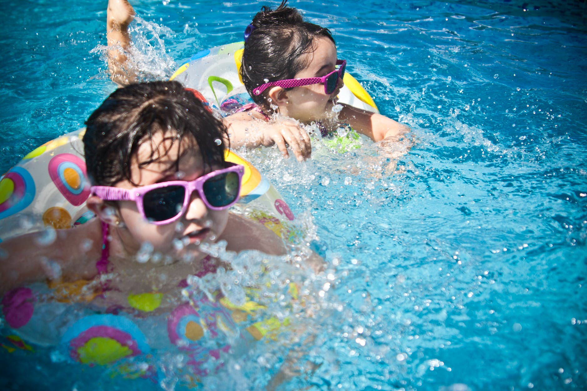 Børn i badebassin
