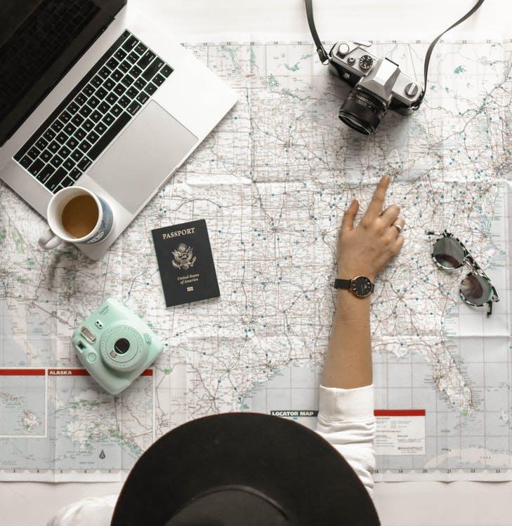 Verdenskort, computer, kamera, pas og solbriller